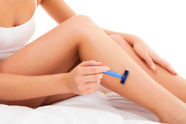 mujer-depilando-piernas-cuchilla-1