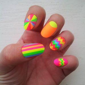 unas-de-neon-con-pegatinas