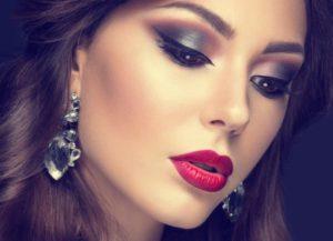 maquillaje-de-boda-de-noche-para-novias-tonos-grises-y-teja-con-labios-rojos-istock-600x433