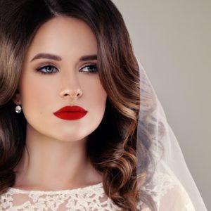 maquillaje-de-novia-de-noche-con-labios-rojos-istock