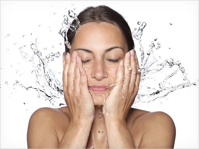 mujer-lavandose-la-cara