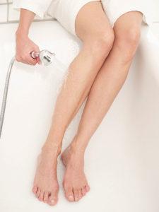 Tal vez alivie hacerse baños de agua fría. En ese caso, lo importante es el tramo que recorre el chorro de agua.