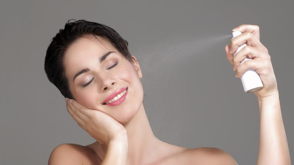 beautiful-woman-applying-spray-water-on-face_e850106e-250d-11e7-b743-a11580b053fc